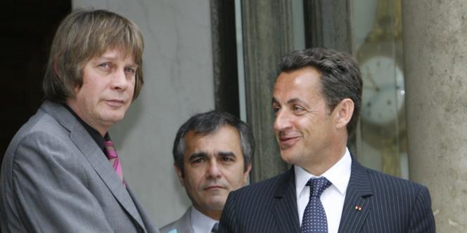 Nicolas Sarkozy (ici, avec Bernard Thibault au sortir d'une rencontre à l'Elysée, le 29 mai 2007) multiplie les critiques à l'encontre de la CGT, depuis que le syndicat a appelé à voter contre lui, le 13 mars.