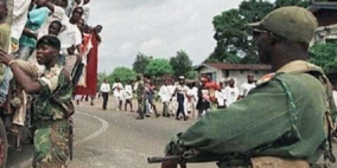Un point de contrôle de l'Ecomog au Liberia en juillet 1997.