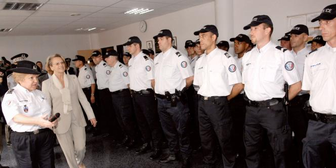 La ministre de l'intérieur Michèle Alliot-Marie en visite dans un commissariat du 11e arrondissement à Paris, le 4 juin 2007.