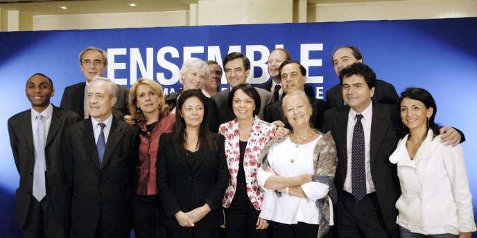 Brigitte Kuster ( au centre), entourée de Françoise de Panafieu, François Fillon et Roger Karoutchi  le 7 juin 2007 à Paris, avec une partie des candidats UMP de la capitale.