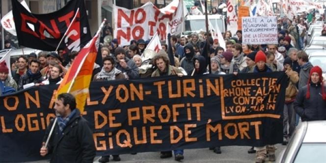 Une manifestation contre le TGV Lyon-Turin à Chambéry, en janvier 2006.