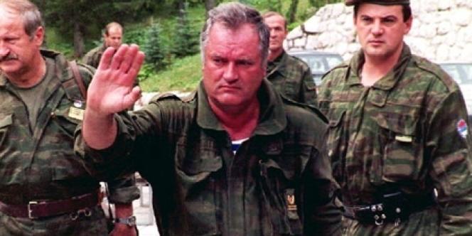 Le général Ratko Mladic (au centre), commandant de l'armée serbe de Bosnie, en août 1993.