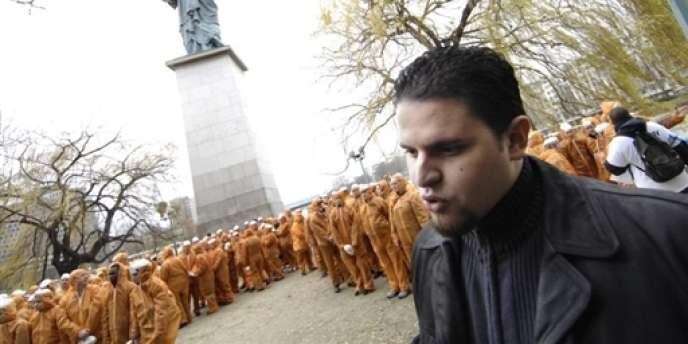 Mourad Benchellali, ancien détenu français de Guantanamo, lors d'une manifestation d'Amnesty International le 6 janvier 2007 à Paris.