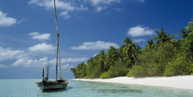 Dans les agences de réservation en ligne, seuls apparaissent les établissements dont les gérants acceptent de verser aux centrales des commissions devenues léonines au fil du temps, et pouvant atteindre 30 % du prix de la chambre (Maldives, Bateau ancré près de la plage de Farukolufushi).