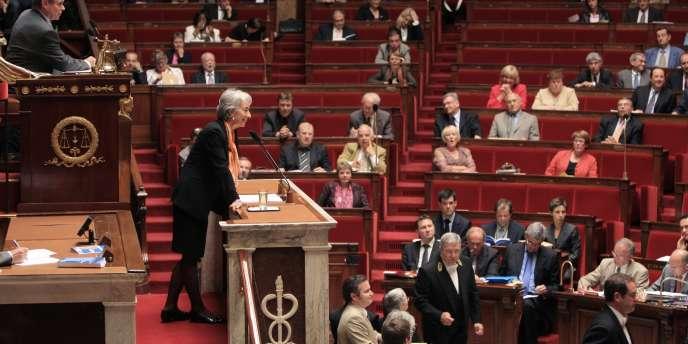 Christine Lagarde, ministre de l'économie, présente le texte de loi dit