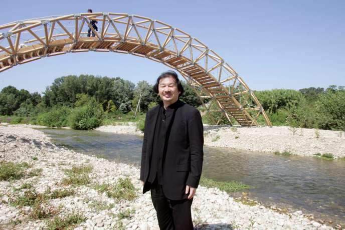 Shigeru Ban en 2007 devant son pont en carton, fabriqué près du Pont du Gard.