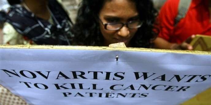 Manifestation d'Indiens contre Novartis, devant les bureaux de l'entreprise à Bombay.