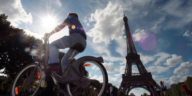 Un cycliste à Vélib', le 21juillet2007 à Paris.
