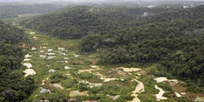 Photo aérienne prise le 20 octobre 2006 du site d'exploitation aurifère de la rivière Limonade, près du village de Saül. Le site fait partie du Parc national amazonien de Guyane.