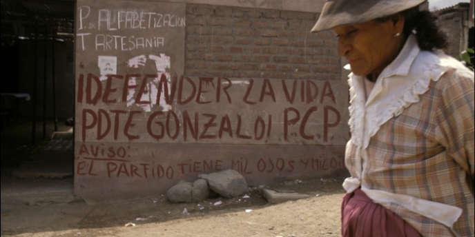 De 1980 à 2000, près de 69 000 Péruviens ont péri dans le conflit opposant le Sentier lumineux aux autorités du Pérou. Les guérilleros ont massacré des dizaines de milliers de personnes dans les villages. Ici, un graffiti sur un mur de Lima en septembre 1992.