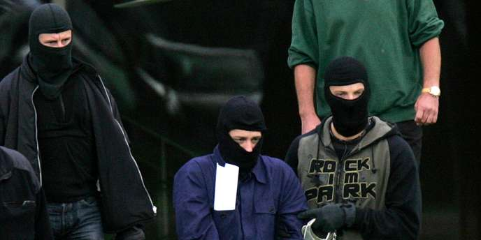 Un des terroristes présumés transporté par les autorités allemandes, le 5 septembre à Karlsruhe, en Allemagne.
