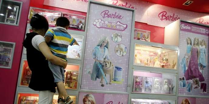 Vitrine de poupées Barbie dans un grand magasin de Pékin, en août 2007.
