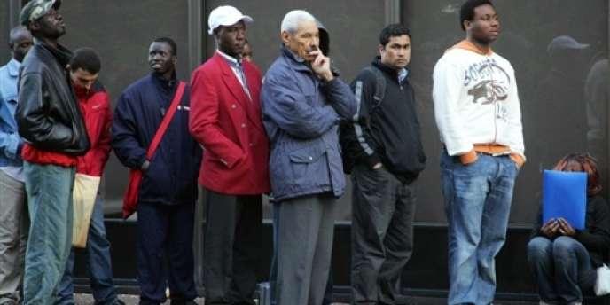 Des personnes font la queue, le 30 mai 2006 devant la préfecture de Bobigny, dans l'espoir d'être reçues au service des étrangers.