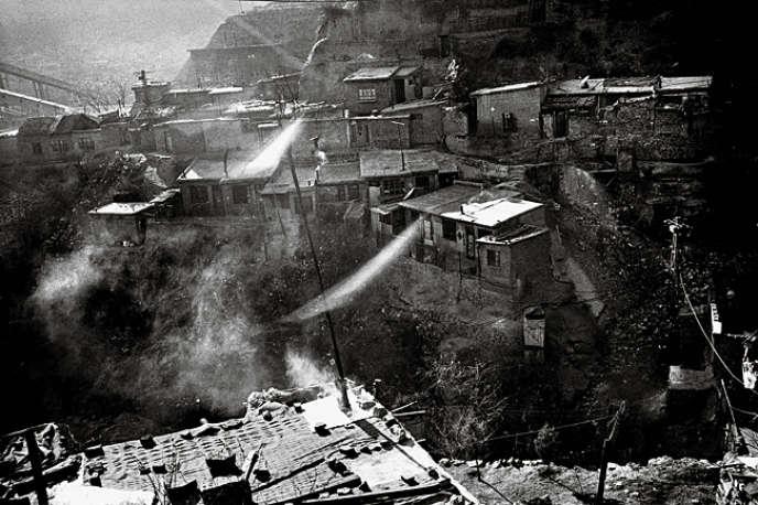 Des centaines d'ouvriers meurent chaque année dans les mines du Shanxi en Chine. Le réservoir de charbon du pays, à 400 km à l'ouest de Pékin, compte parmi les régions les plus polluées de la planète. Le photographe Bertrand Meunier s'est rendu dans cette province sinistrée.