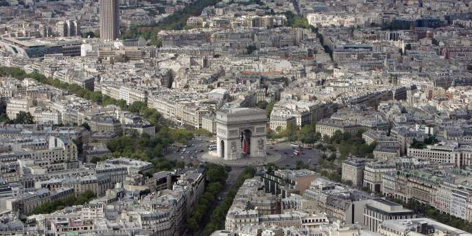 Vue aérienne, à Paris, de l'Arc de Triomphe, sur la place Charles de Gaulle.