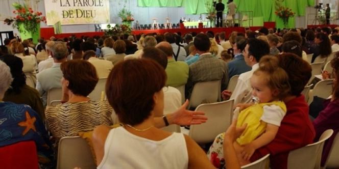 Une assemblée de Témoins de Jéhovah, le 3 août 2001 en région parisienne.