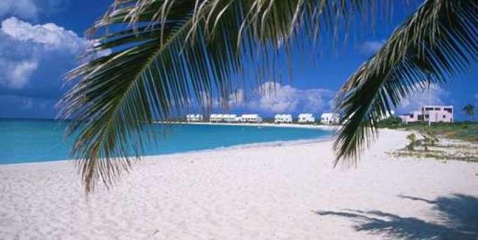 Les îles Caïmans sont la 5e place financière du globe. Ce sanctuaire de l'argent baladeur compte 222 banques étrangères, dont les 40 plus grosses au monde, plusieurs milliers de comptables, avocats d'affaires et fiscalistes, ainsi que 755 compagnies d'assurances établies par des multinationales. Sans parler des quelque 85 000 sociétés écrans immatriculées dans l'île.