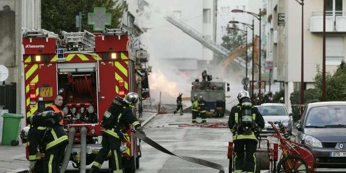 Selon la police, la déflagration a eu lieu à 13 h 55, quand une conduite de gaz a explosé. Le plan rouge a été déclenché vingt minutes plus tard par les pompiers.