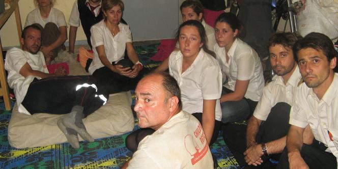 Des membres de l'ONG L'Arche de Zoé et de l'équipage espagnol retenus dans un tribunal d'Abéché, mardi 30 octobre 2007.