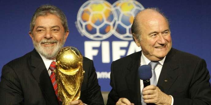 Après la désignation du Brésil comme pays hôte de la Coupe du monde 2014, le président Lula reçoit le trophée des mains du président de la FIFA, Joseph Blatter, le 30 octobre 2007.