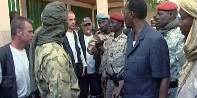 Le président tchadien, Idriss Déby, discutant avec les membres de l'association L'Arche de Zoé le 26 octobre 2007, après leur arrestation à Abéché.
