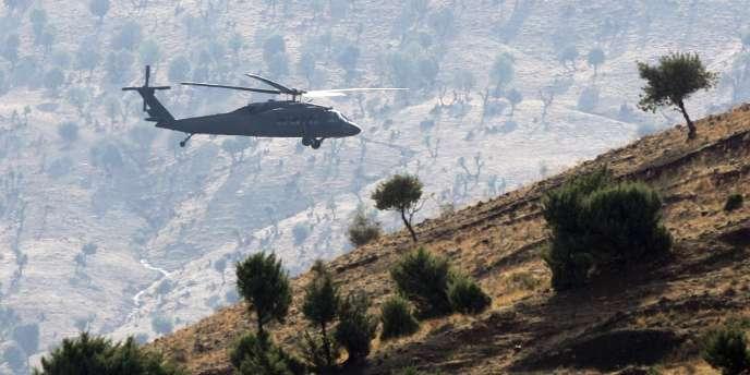 Un hélicoptère turc patrouille au-dessus des montagnes dans la province de Sirnak, dans le sud-est de la Turquie, en octobre 2007.
