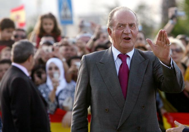 Le roi d'Espagne Juan Carlos saluant la foule à Ceuta, en 2007.