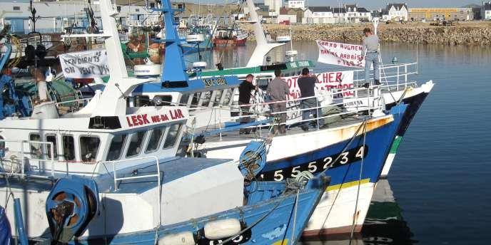 Bateaux de pêche dans le port de Saint-Guénolé, dans le Finistère.