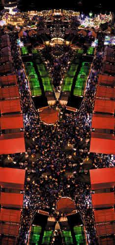 Villes d'aujourd'hui, de demain, villes imaginaires ? Troublantes et familières à la fois, prouesses photographiques et numériques, ce sont les vues urbaines du britannique Tom Leighton.  Fair 1. 2007. 110 × 233 cm.