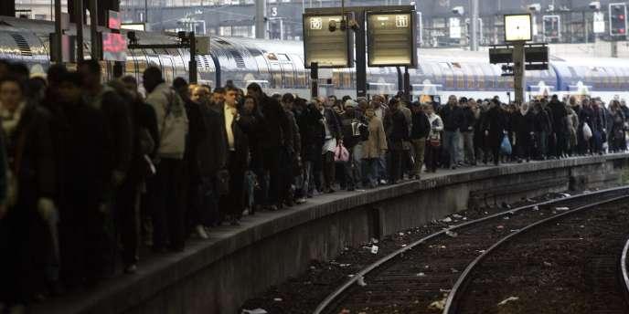 Des voyageurs sur un quai de la gare Saint-Lazare, le 19 novembre, en pleine grève des cheminots.