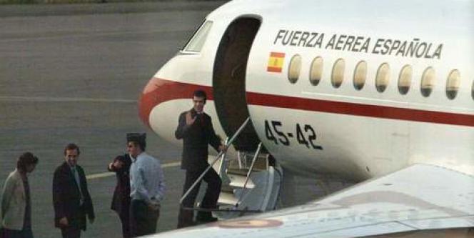 Le steward Daniel Gonzalez fait un signe de la main avant de monter dans l'avion qui le ramènera en Espagne.