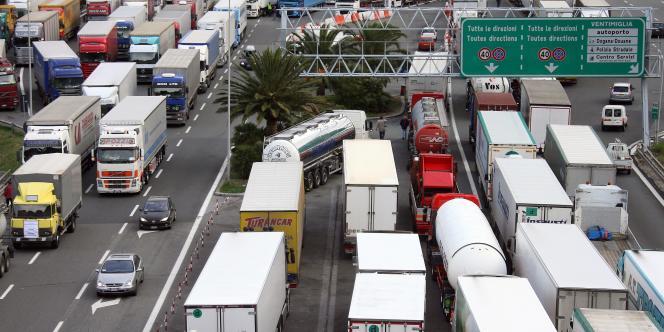 Les routiers italiens bloquent le poste-frontière de Vintimille, le 10 décembre.
