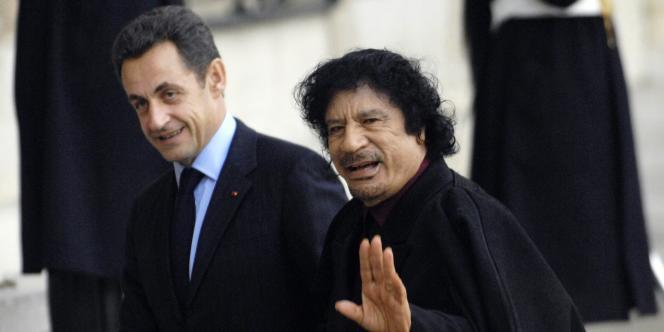 Nicolas Sarkozy accueille Mouammar Kadhafi au palais de l'Elysée, le 12 décembre 2007.