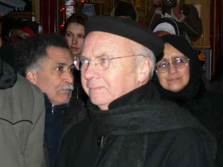 Monseigneur Gaillot apporte son soutien aux mal logés.