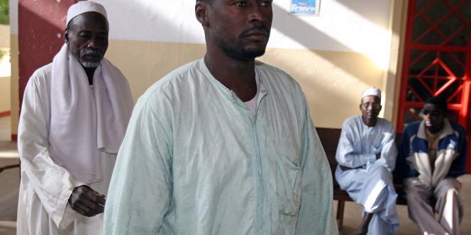 Deux pères de famille ayant confié leurs enfants à L'Arche de Zoé arrivent pour témoigner lors du procès des membres de l'ONG, lundi 24 décembre à N'Djamena.