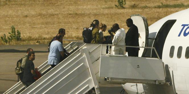 Les membres de L'Arche de Zoé montent dans l'avion qui doit les rammener en France, le 28 décembre à N'Djamena.