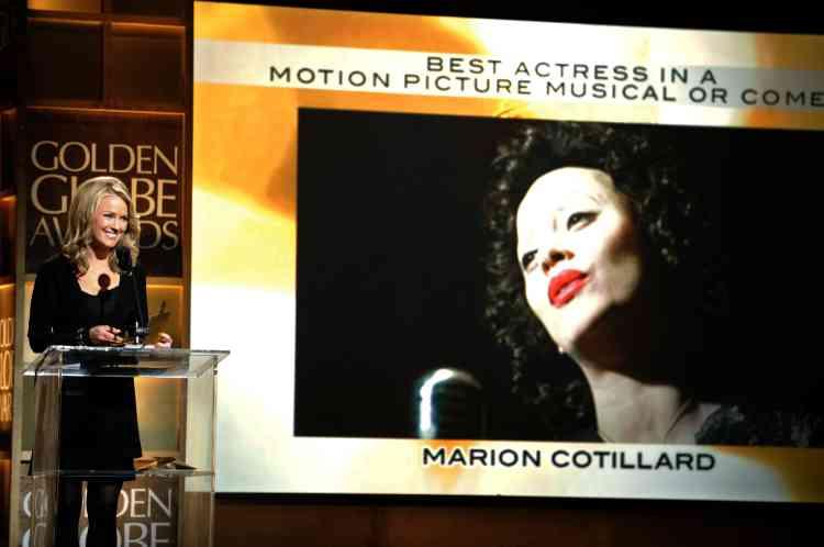 """La présentatrice Brooke Anderson annonce, le 13 février dans un hôtel de Beverly Hills (Californie), que Marion Cotillard a obtenu le prix de la meilleure actrice dans la catégorie """"film musical ou comique"""" pour son interprétation d'Edith Piaf dans """"La Môme""""."""