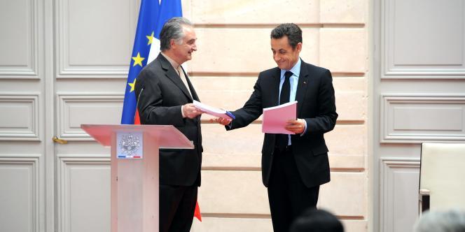 Jacques Attali remet à Nicolas Sarkozy les propositions de sa commission pour relancer la croissance, le 23 janvier 2007.