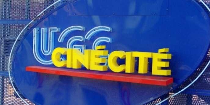 Photo prise le 3 avril 2002 du logo du cinéma multiplexe UGC Ciné Cité de Paris-Bercy, qui dispose de 24 salles.
