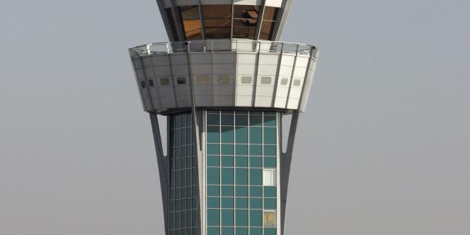 L'aéroport d'Orly gère 200 000 décollages et atterrissages par an, avec un couvre-feu de 23h30 à 6 heures.