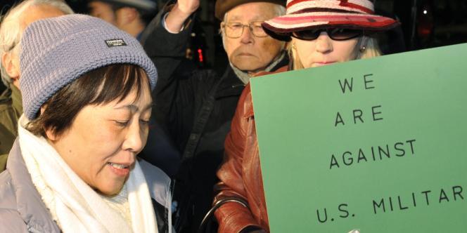 Manifestation devant l'ambassade américaine à Tokyo, en février 2008, contre la présence de soldats américains au Japon, suite au viol présumé d'une adolescente par un marine.