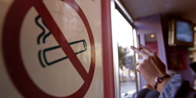 Un panneau d'interdiction de fumer dans un bar à Marseille, le 28 décembre 2007.
