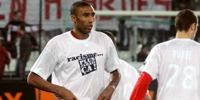 Abdes Ouaddou en février 2008, alors joueur de Valenciennes, durant une campagne contre le racisme en Ligue 1.