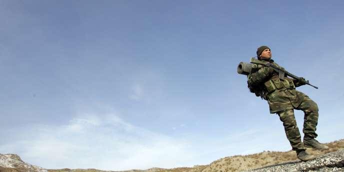Un militaire patrouille près de la frontière irakienne, dans la province de Sirnak, au cœur du conflit qui oppose depuis 1984 l'armée turque au PKK.