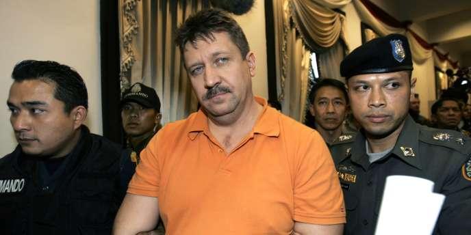 Le trafiquant russe Viktor Bout lors de son arrestation à Bangkok (Thaïlande), le 7 mars 2008.