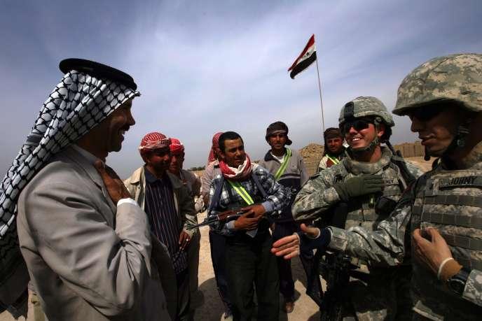 Un sheikh sunnite irakien et ses soldats au service de la lutte contre Al Qaida, en discussion avec des soldats américains à un check-point dans la province de Diyala, au nord-est de Bagdad, le 10 mars 2008.