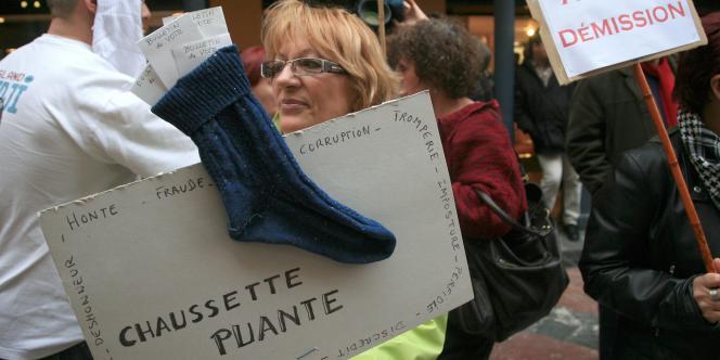 Des personnes manifestent en brandissant des chaussettes, le 17 mars 2008 à Perpignan, pour dénoncer une fraude dans un bureau de vote de la ville et réclamer la démission du sénateur-maire UMP, Jean-Paul Alduy.
