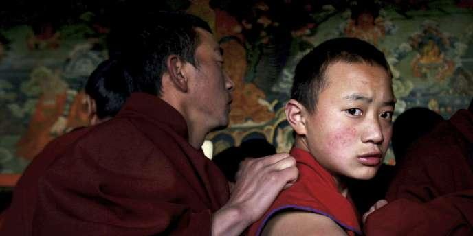 En mars 2008, des moines tibétains perturbent une visite de presse organisée par les autorités chinoises dans le temple de Jokhang à Lhassa.