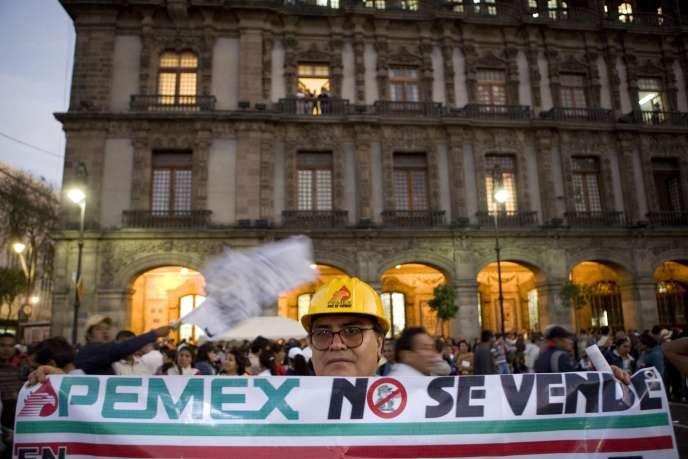 Un supporter du candidat à la présidentielle mexicaine, Andres Manuel Lopez Obrador, tient une banderole indiquant son opposition à la vente de la compagnie nationale pétrolière Pemex.