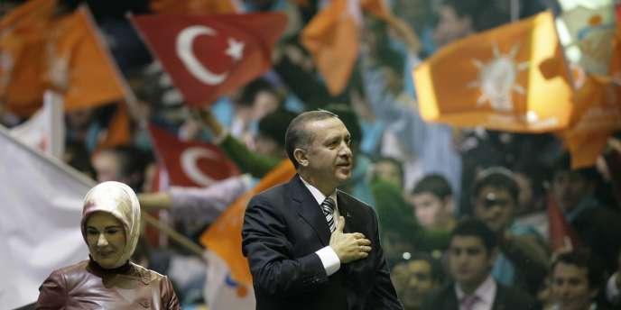 Le premier ministre turc Recep Tayyip Erdogan, accompagné de sa femme Emine, lors d'un rassemblement du Parti de la justice et du développement (AKP), le 24 février 2008.